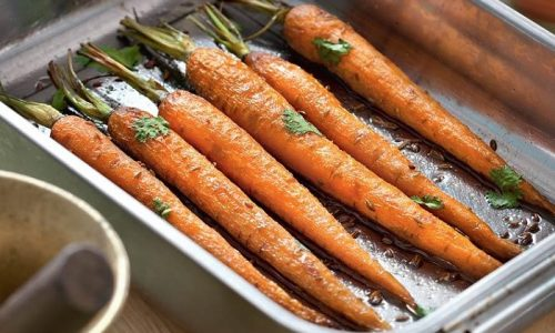 Для разнообразия блюд готовится морковь. Ее можно варить, а потом запекать в духовке с сухарями в виде котлет