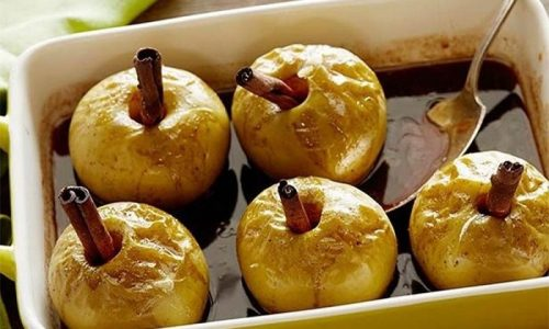 Яблоки при панкреатите можно приготовить в запеченном виде и добавить корицу